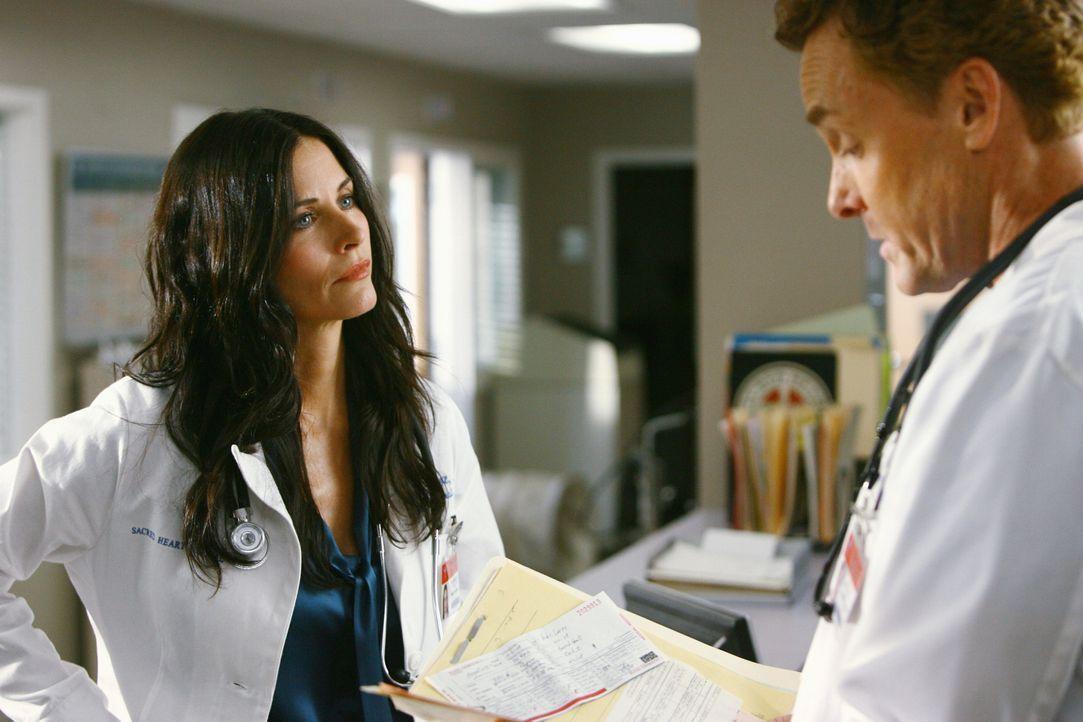 Dr. Cox (John C. McGinley, r.) ist genervt, und zwar von der neuen Chefärztin Dr. Maddox (Courteney Cox, l.), denn er verdächtigt sie, sich nicht an... - Bildquelle: Touchstone Television