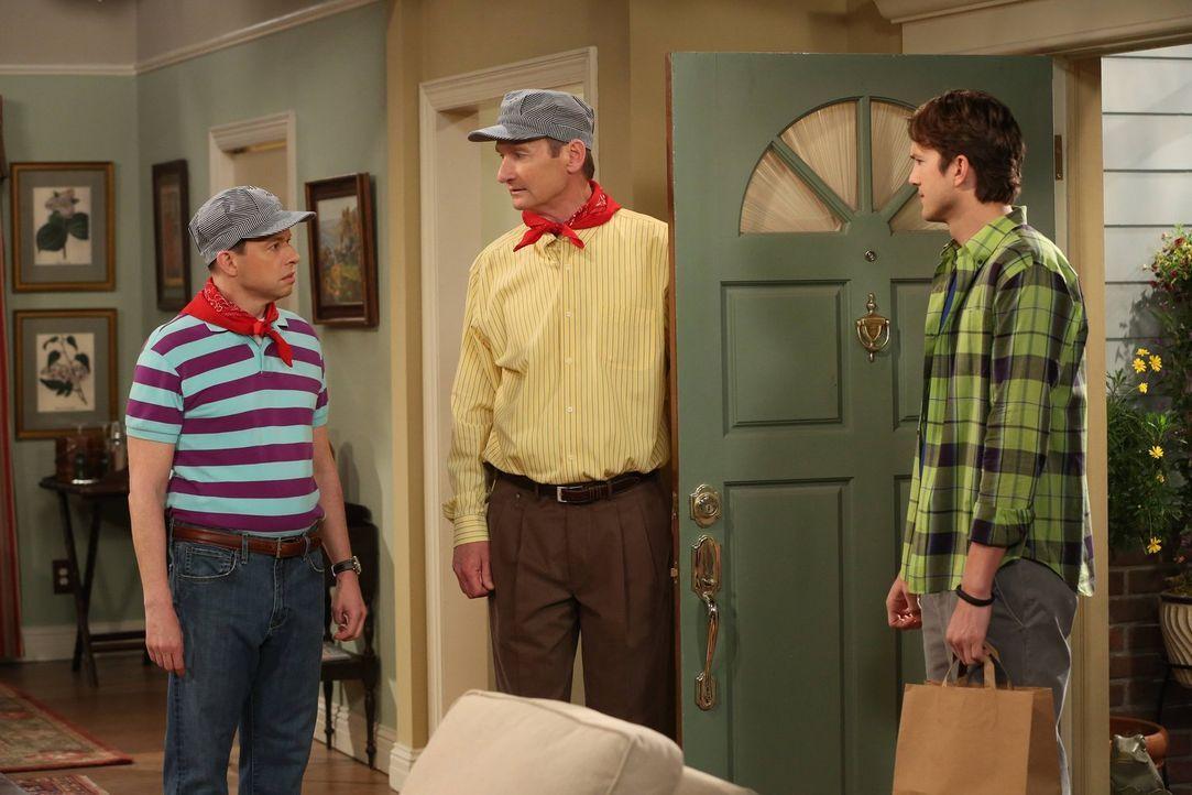 Nachdem Herb (Ryan Stiles, M.) von Judith verlassen wurde, bläst er Trübsal. Walden (Ashton Kutcher, r.) und Alan (Jon Cryer, l.) machen sich Sorgen... - Bildquelle: Warner Brothers Entertainment Inc.