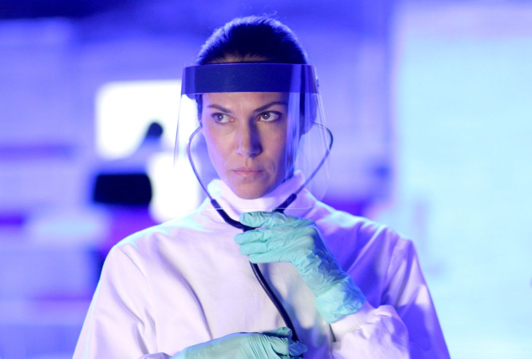 Noch ahnt Julia (Kyra Zagorsky) nicht, dass sie nicht zufällig in die Arktis gerufen wurde ... - Bildquelle: 2014 Sony Pictures Television Inc. All Rights Reserved.