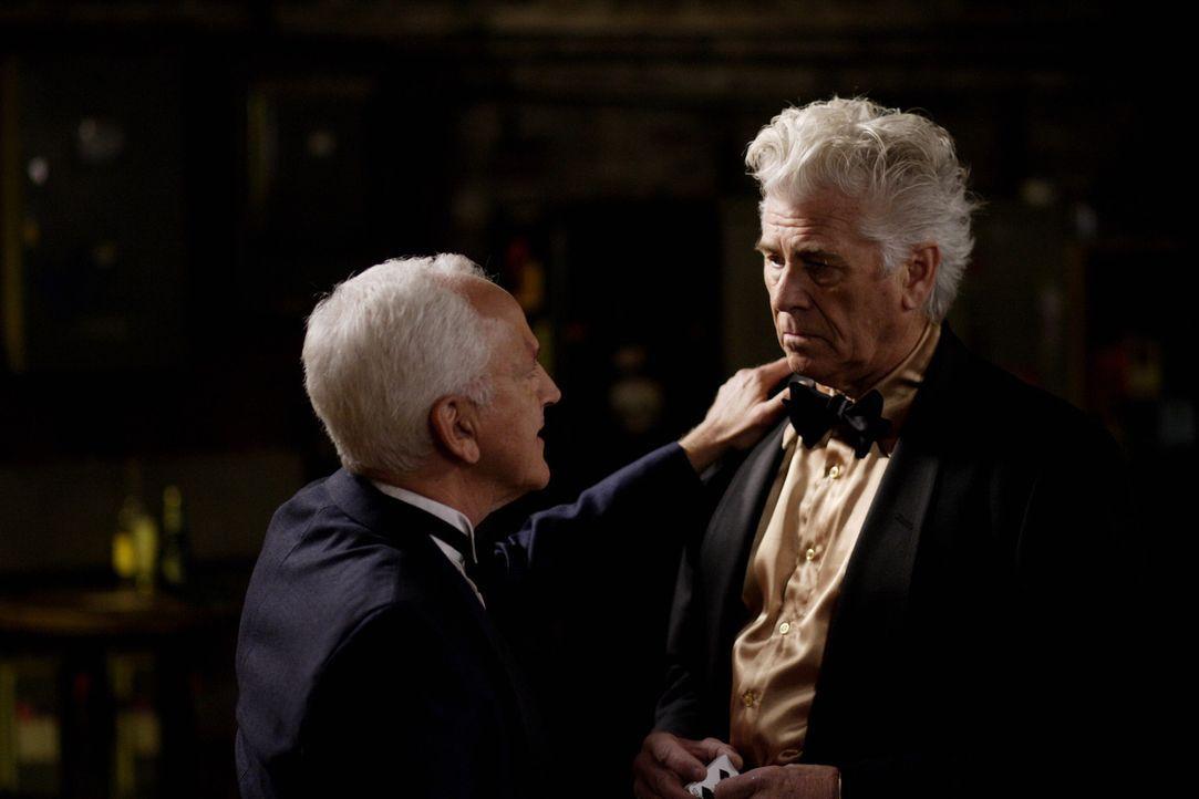 Die Geisterjäger müssen herausfinden, wer von Charlie (John Rubenstein, l.), Jay (Barry Bostwick, r.) und Vernon echte Magie anwendet und mit den... - Bildquelle: Warner Bros. Television