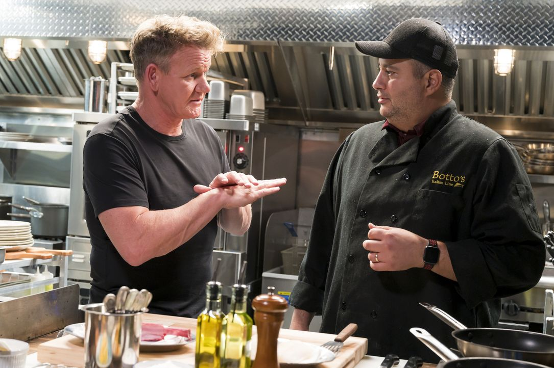 Gordon Ramsay (l.) - Bildquelle: Jeffrey Neira Studio Ramsay and all3media international / Jeffrey Neira