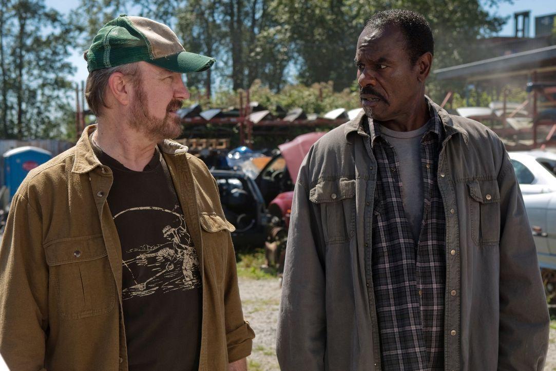 Zusammen bilden  Bobby (Jim Beaver, l.) und Rufus Turner (Steven Williams, r.) ein hervorragendes Team und wissen wie sie sich gegenseitig in heikle... - Bildquelle: Warner Bros. Television