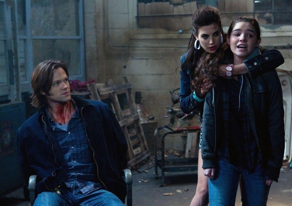 Was hat Sally (Meghan Ory, M.) nur mit Sam (Jared Padalecki, l.) und Krissy (Madison McLaughlin, r.) vor? - Bildquelle: Warner Bros. Television