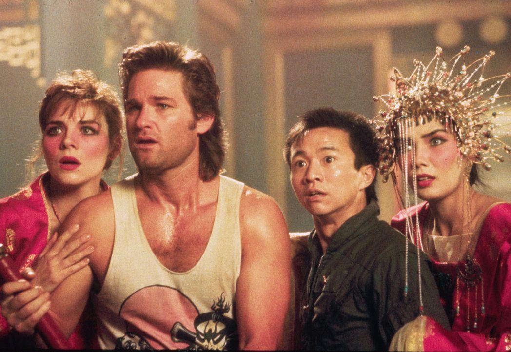 Jack (Kurt Russell, 2.v.l.) und seine Freunde Gracie (Kim Cattrall, l.), Wang Chi (Dennis Dun, 2.v.r.) und Miao Yin (Suzee Pai, r.) haben einen gefä... - Bildquelle: 1986 Twentieth Century Fox Film Corporation. All rights reserved.