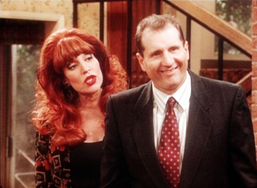 Peggy (Katey Sagal, l.) ist misstrauisch, ob Al (Ed O'Neill, r.) wirklich zum Begräbnis seiner Tante Betty fährt. - Bildquelle: Sony Pictures Television International. All Rights Reserved.