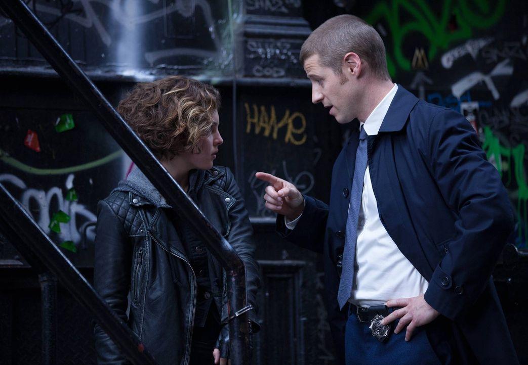 """Selina """"Cat"""" Kyle (Camren Bicondova, l.) hat James Gordon (Ben McKenzie, r.) versprochen, ihm bei der Aufklärung des Mordes von Bruce Waynes Eltern... - Bildquelle: Warner Bros. Entertainment, Inc."""