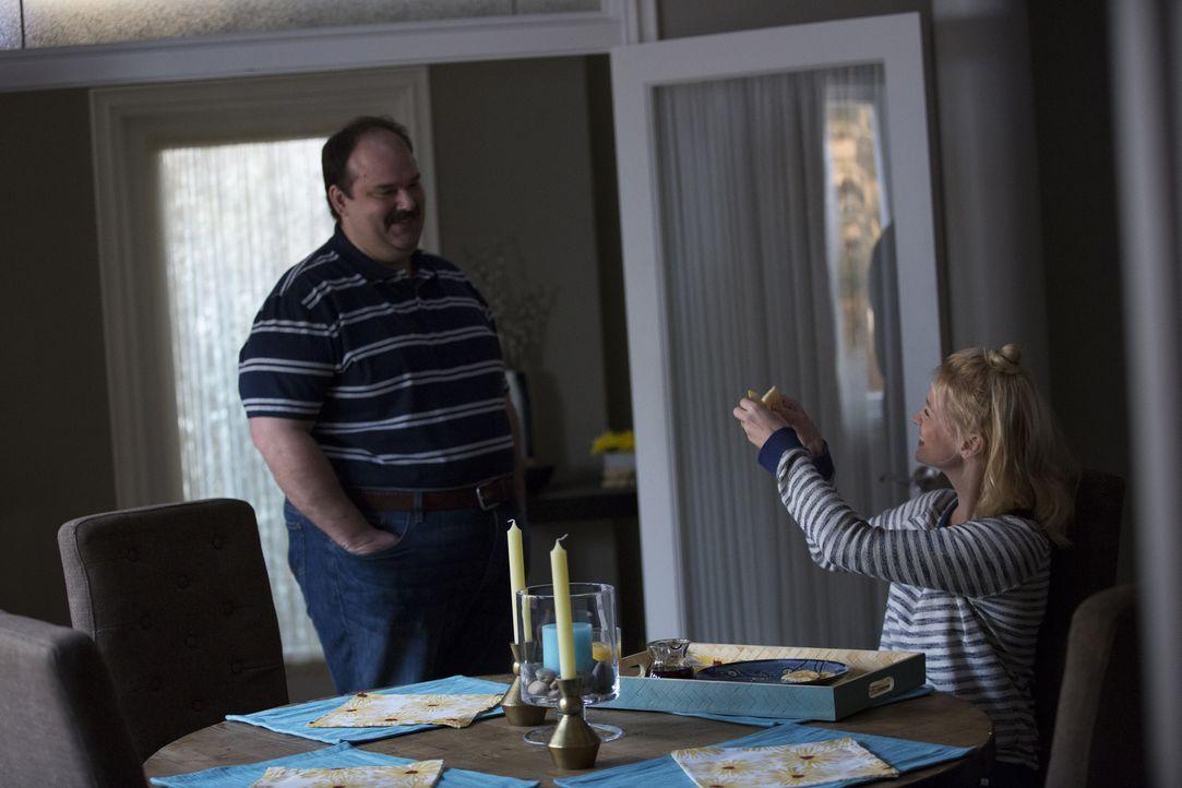 Todd (Mel Rodriguez, l.) kommen Zweifel an Melissas (January Jones, r.) Liebe zu ihm - und die Ankunft eines weiteren Mannes, macht die Zweifel nich... - Bildquelle: 2015 Fox and its related entities.  All rights reserved.