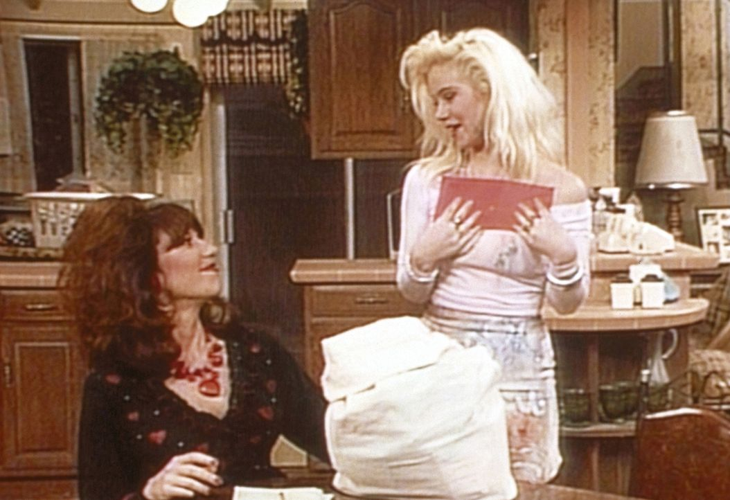 Voller Stolz präsentiert Kelly (Christina Applegate, r.) Peggy (Katey Sagal, l.) ihre Ausbeute an Valentinskarten. - Bildquelle: Sony Pictures Television International. All Rights Reserved.