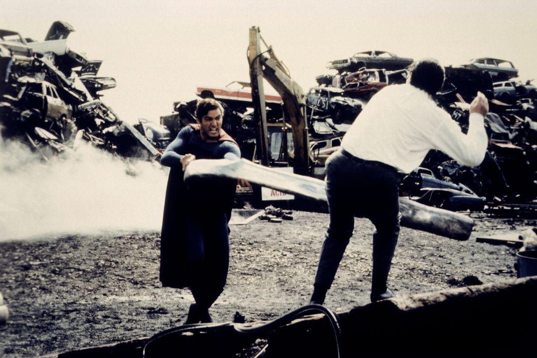 Durch einen kolossalen Zweikampf mit seinem zweiten Ich Clark Kent, versucht Superman (Christopher Reeve) seiner moralischen Verwahrlosung Herr zu w... - Bildquelle: Warner Bros.