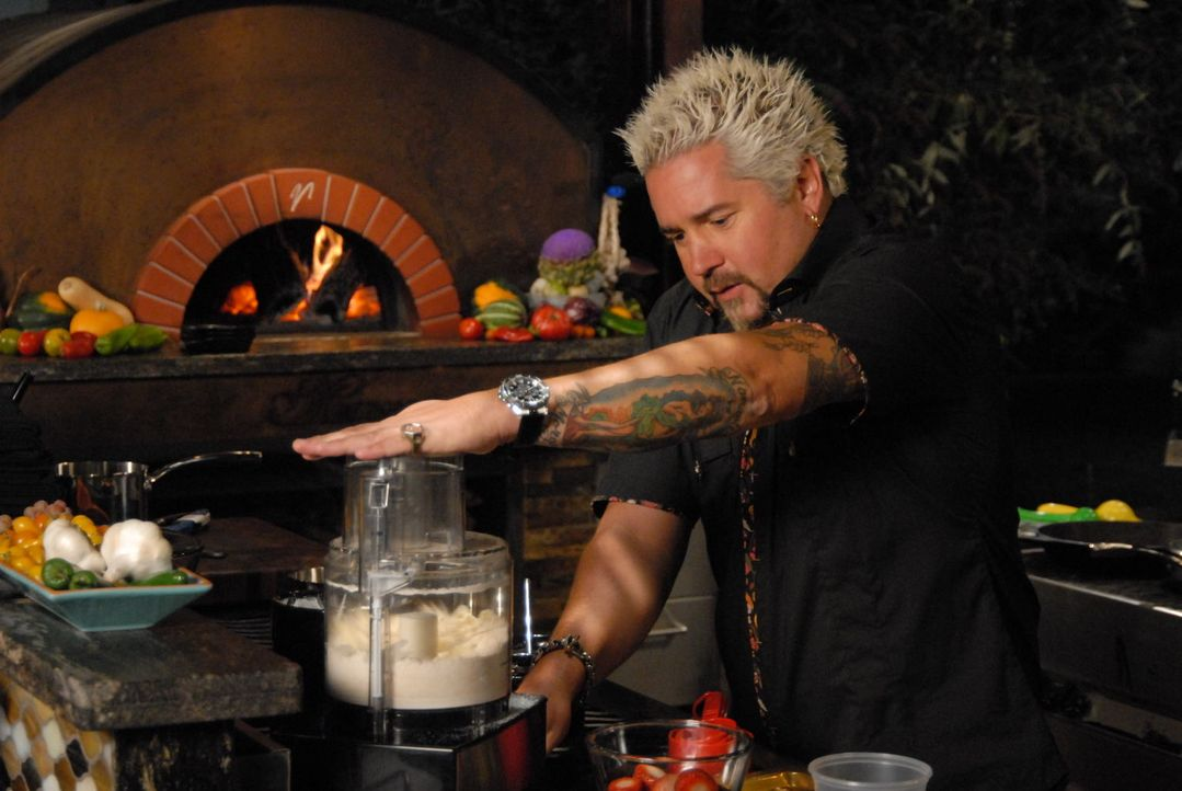 Genauso außergewöhnlich wie sein Look, sind seine Kreationen. Guy Fieri liebt es, beim Kochen zu experimentieren und jedem Gericht das besondere Etw... - Bildquelle: 2012, Television Food Network, G.P. All Rights Reserved.