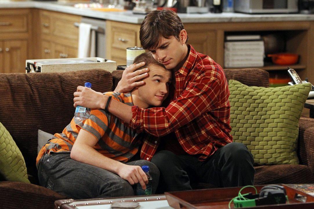 Walden (Ashton Kutcher, r.) und Alan geraten ins Kreuzfeuer, als Jake (Angus T. Jones, l.) seine Freundin mit deren 18-jähriger Tochter betrügt ... - Bildquelle: Warner Brothers Entertainment Inc.