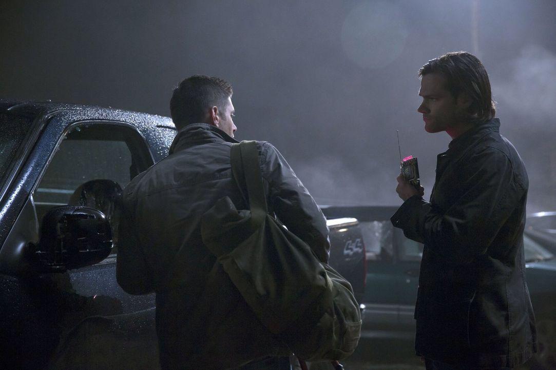 Als sich ein Geist an einer Gruppe Teenager mit Hilfe allerlei technischer Geräte rächen will, müssen Dean (Jensen Ackles, l.) und Sam (Jared Padale... - Bildquelle: 2016 Warner Brothers