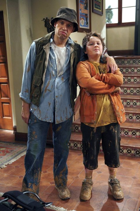 Alan (Jon Cryer, l.) ist bestürzt, als er bemerkt, dass Jake (Angus T. Jones, r.) erwachsen wird, ohne dass er mit ihm die üblichen Vater-Sohn-Unter... - Bildquelle: Warner Brothers Entertainment Inc.