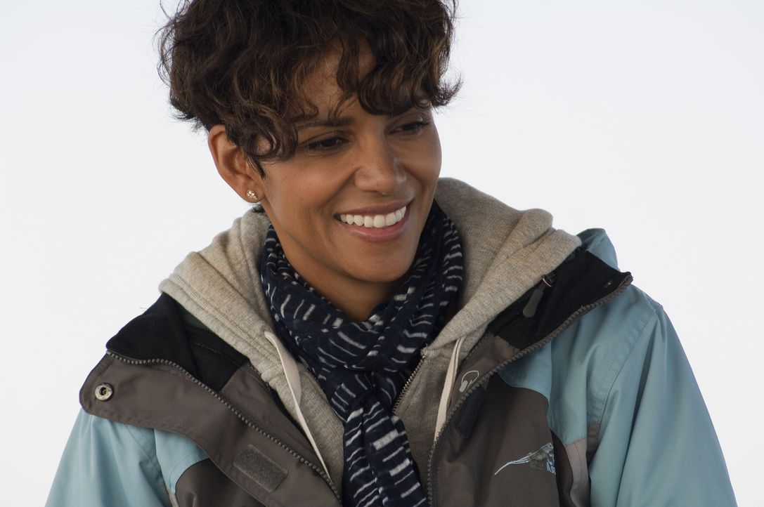 Seit einem Jahr war die Hai-Expertin Kate Mathieson (Halle Berry) nicht mehr im Meer, doch die Geldprobleme zwingen sie zu einem gefährlichen Schrit... - Bildquelle: Magnet Media Group USA; MMP Dark Tide UK; Film Afrika Worldwide (Pty) Limited South Africa