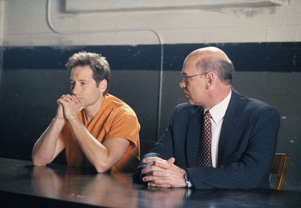 Nach einem Handel zwischen hohen Generälen und Director Kersh wird der Prozess gegen Mulder (David Duchovny, l.) von FBI-Agenten geführt: Skinner (M... - Bildquelle: TM +   Twentieth Century Fox Film Corporation. All Rights Reserved.