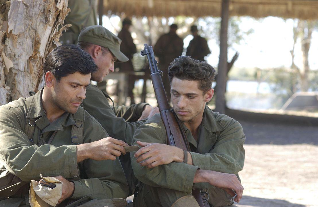 Die Soldaten wie Offizier Aliteri (James Carpinello, r.) und Offizier Guttierez (Mark Consuelos, l.) gehen ein großes Risiko ein, um ihre Freunde zu... - Bildquelle: Buena Vista International