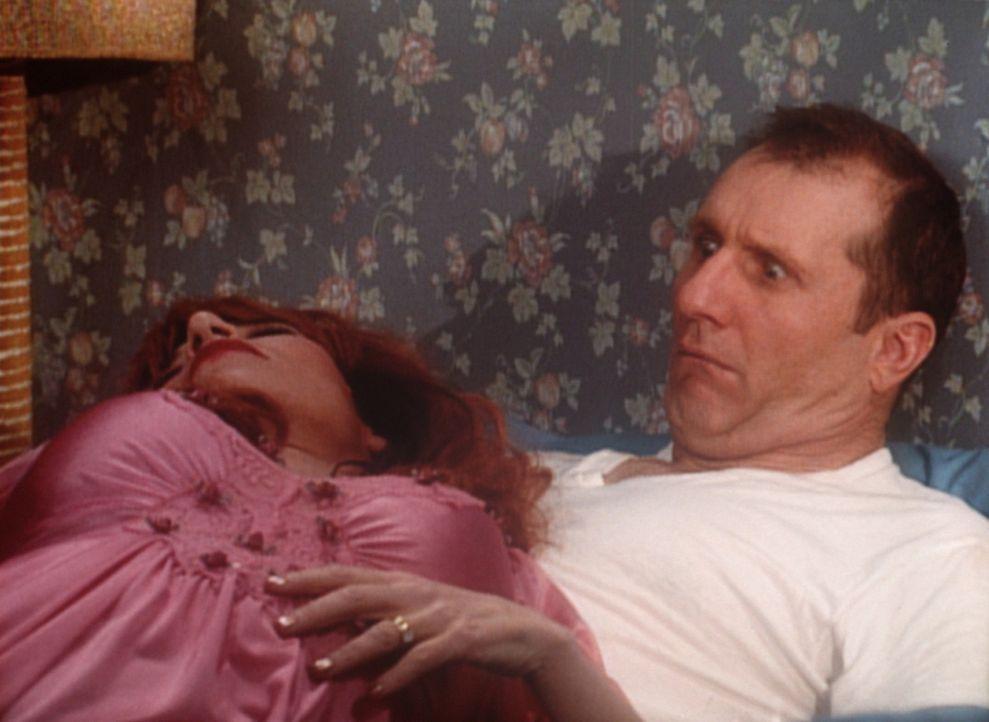 Für Al (Ed O'Neill, r.) hat die Morgenstund kein Gold im Mund, denn sein erster Blick fällt auf Peggy (Katey Sagal, l.). - Bildquelle: Sony Pictures Television International. All Rights Reserved.