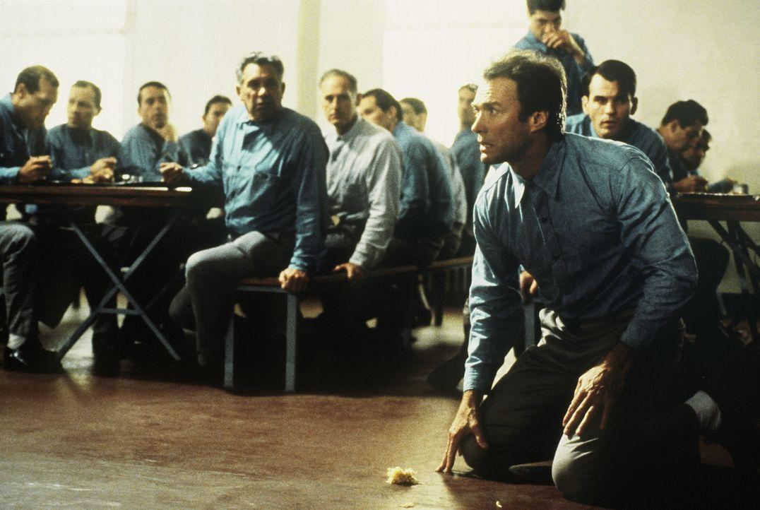 """Vom ersten Tag an, als Frank Lee Morris (Clint Eastwood, r.) seine Haftstrafe in Alcatraz antritt, sinnt er auf Flucht von """"The Rock"""", wie das Gefän... - Bildquelle: Paramount Pictures"""