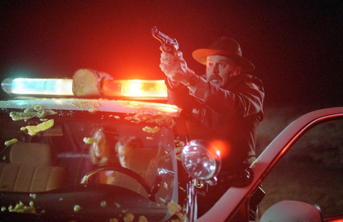 Deputy Pete (Rick Overton, r.) versucht, seine Kinder vor einem Angriff der mutierten Spinnen zu bewahren ... - Bildquelle: Warner Bros. Pictures