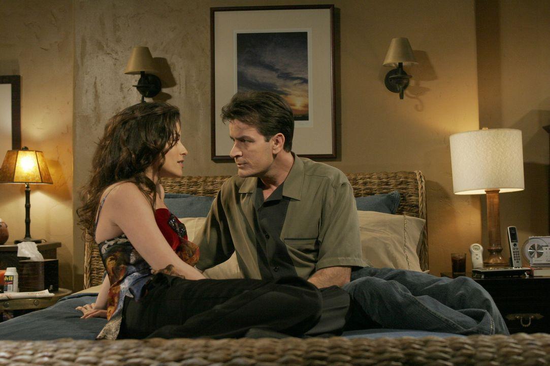 Charlie (Charlie Sheen, r.) hat es nicht leicht mit seiner neuen Freundin Mia (Emmanuelle Vaugier, l.) und eigentlich könnte sie die Frau seines Leb... - Bildquelle: Warner Brothers Entertainment Inc.