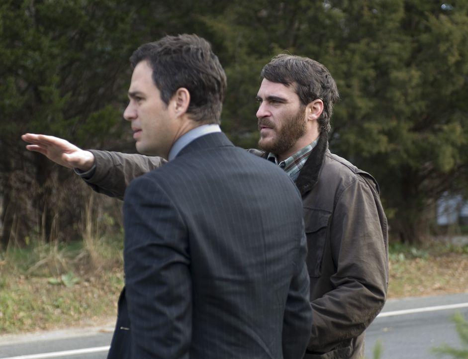 Als Professor Ethan Learner (Joaquin Phoenix, l.) einen Rechtsbeistand aufsucht, weil er glaubt, die Polizei würde den Unfallfahrer nicht gründlich... - Bildquelle: TOBIS Film
