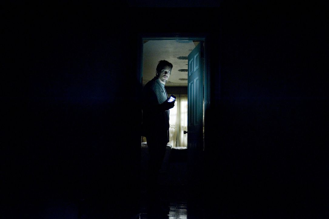 Nicht nur die Videos lassen Ellison (Ethan Hawke) vor Angst zucken, auch seltsame Geräusche auf dem Dachboden, sowie die Aussagen des zu Rate gezoge... - Bildquelle: Phillip Caruso 2011 GAME CHANGE