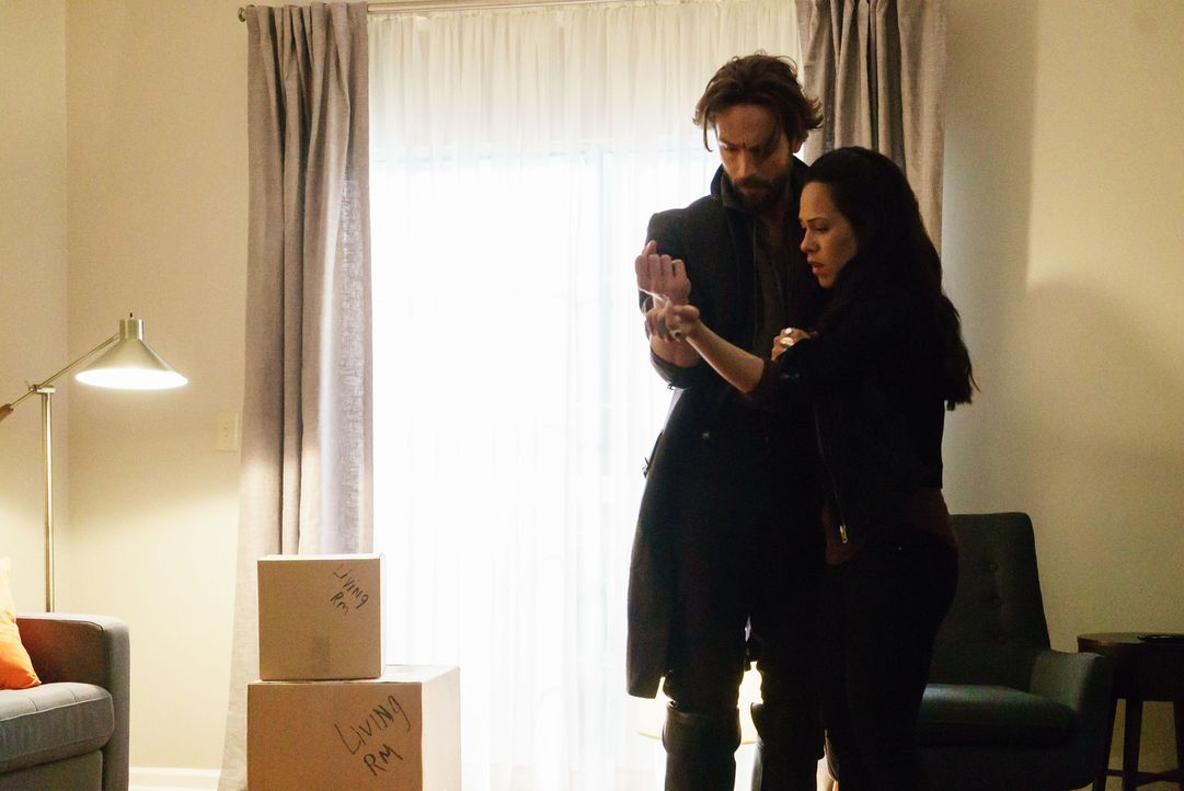Seltsame Vorkommnisse bringen Crane (Tom Mison, l.) und Sophie (Jessica Camacho, r.) dazu, zusammenzuarbeiten ... - Bildquelle: 2015-2016 Fox and its related entities.  All rights reserved.