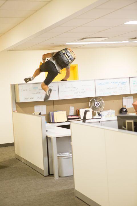 Parkour-Läufer, die ihre artistischen Fähigkeiten dazu nutzen, Einbrüche zu verüben: Kurier-Fahrer Cam (Taylor Lautner) kann die Beute gut gebrauche... - Bildquelle: David Dougan 2013 Melbarken Inc