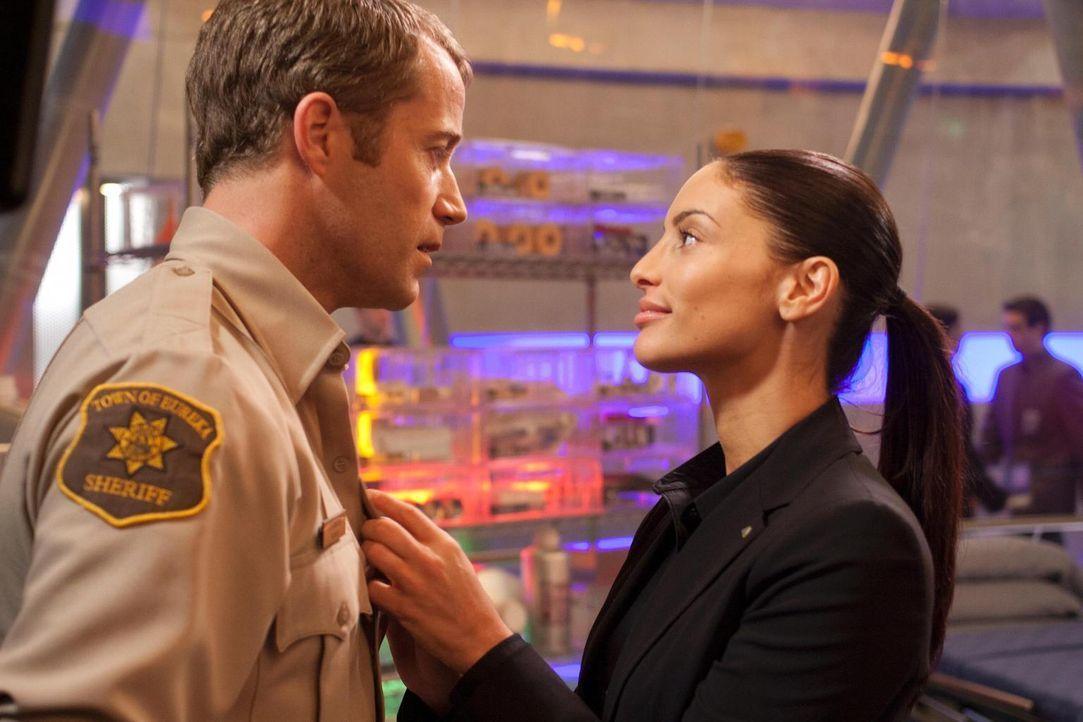Merkwürdig geht es in Eureka weiter: Carter (Colin Ferguson, l.) und Lupo (Erica Cerra, r.) ... - Bildquelle: Universal Television