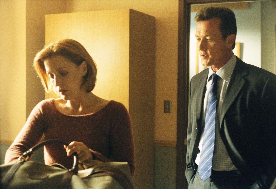 Scully (Gillian Anderson, l.) musste mit ansehen, wie ein junger Mann gesteinigt wurde. Ihr Kollege Doggett (Robert Patrick, r.) kann ihr nicht helf... - Bildquelle: TM +   2000 Twentieth Century Fox Film Corporation. All Rights Reserved.
