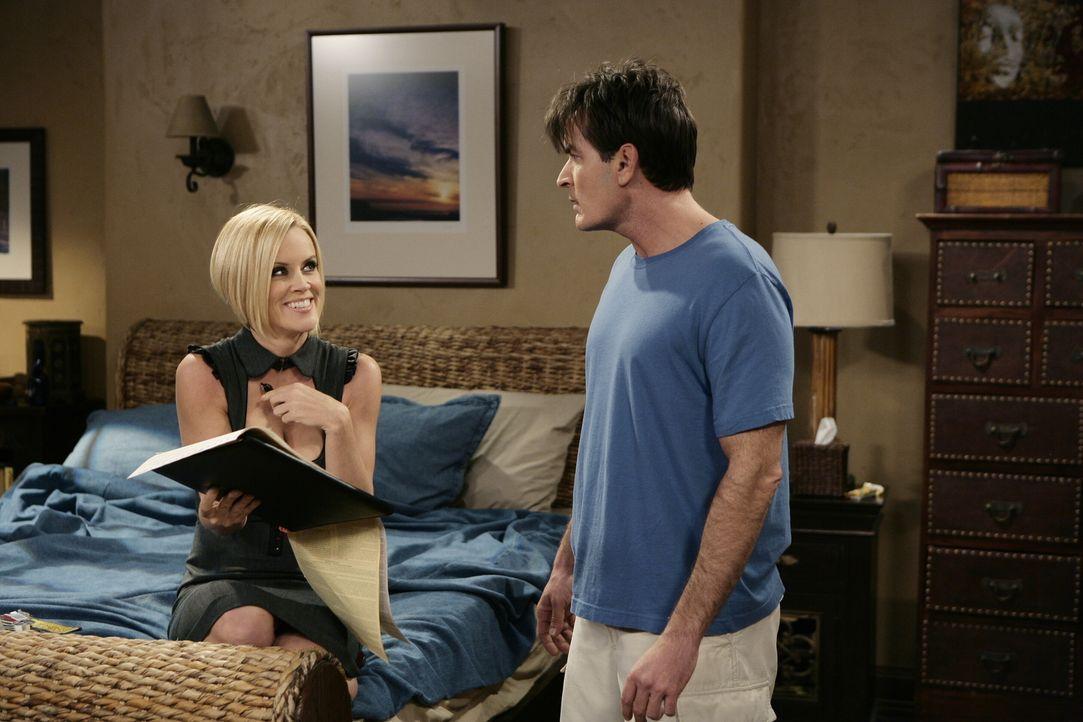 Charlie (Charlie Sheen, r.) bricht sein Versprechen und verbringt mit Courtney (Jenny McCarthy, l.)  nette Stunden im Bett. Doch plötzlich tauchen E... - Bildquelle: Warner Brothers Entertainment Inc.