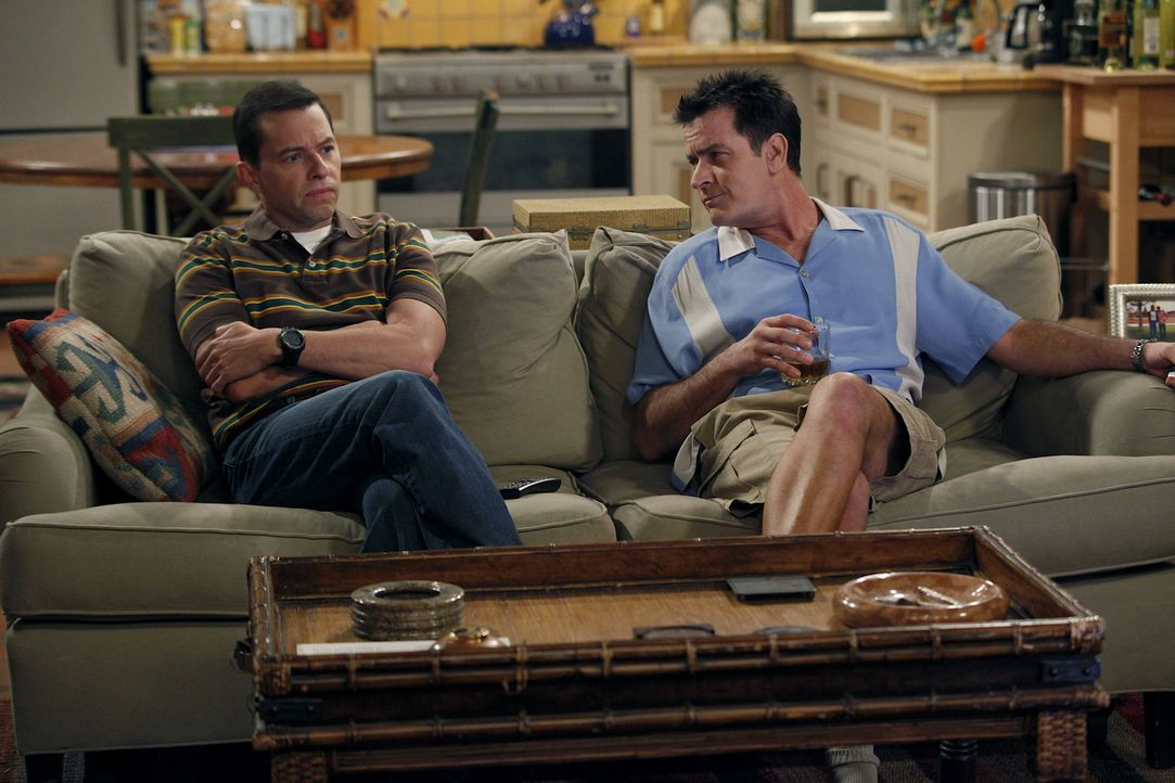 Männergespräche: Alan (Jon Cryer, l.) und Charlie (Charlie Sheen, r.) ... - Bildquelle: Warner Bros. Television