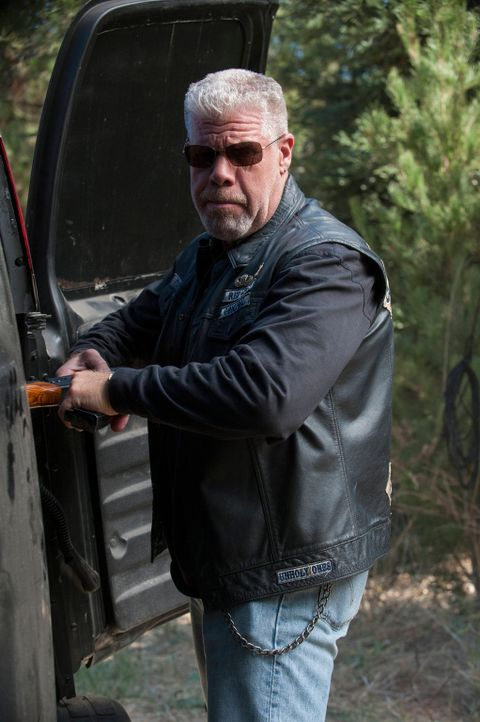 Versucht, die Probleme im Alleingang zu lösen: Clay (Ron Perlman) ... - Bildquelle: 2012 Twentieth Century Fox Film Corporation and Bluebush Productions, LLC. All rights reserved.