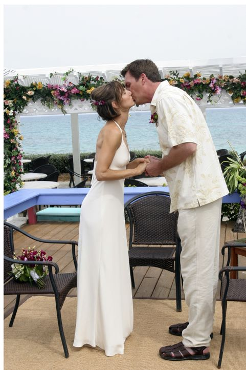 Geben sich auf den Bahamas das Ja-Wort: der Hausmeister (Neil Flynn, r.) und seine Lady (Kit Pongetti, l.) ... - Bildquelle: Touchstone Television