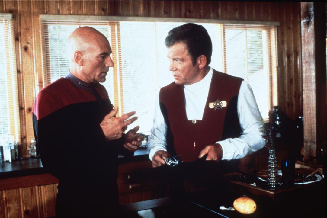 """Captain Jean-Luc Picard (Patrick Stewart, l.) trifft Captain James T. Kirk (William Shatner, r.) im """"Nexus"""", einem Ort, an dem alle Wünsche in Erfül... - Bildquelle: Paramount Pictures"""