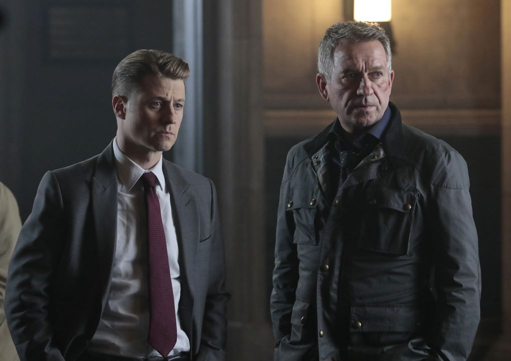 James Gordon (Ben McKenzie, l.); Alfred Pennyworth (Sean Pertwee, r.) - Bildquelle: 2017 Warner Bros.