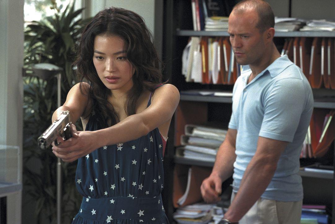 Im Visier von Polizei und skrupellosen Menschenhändlern: Lai (Qi Shu, l.) und Frank (Jason Statham, r.) ... - Bildquelle: Twentieth Century Fox Film Corporation