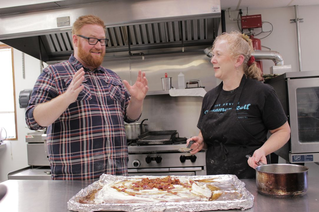 """Heute ist Food-Fanatiker Josh Denny (l.) in Columbia, wo ihm Jody (r.) von """"Devine Cinnamon Roll Deli"""" ihr """"Zimtmonster"""" präsentiert ... - Bildquelle: 2017,Television Food Network, G.P. All Rights Reserved."""