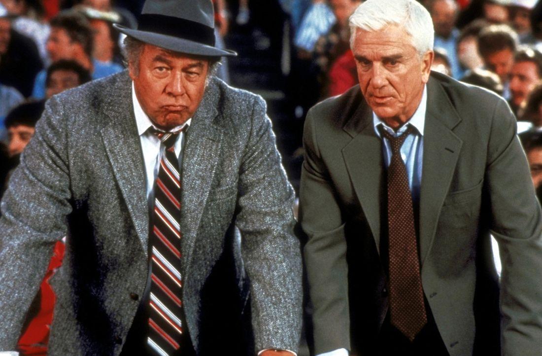 Ed Hocken (George Kennedy, l.) und Frank Drebin (Leslie Nielsen, r.) suchen im weiten Rund des Baseballstadions nach dem Attentäter ... - Bildquelle: Paramount Pictures