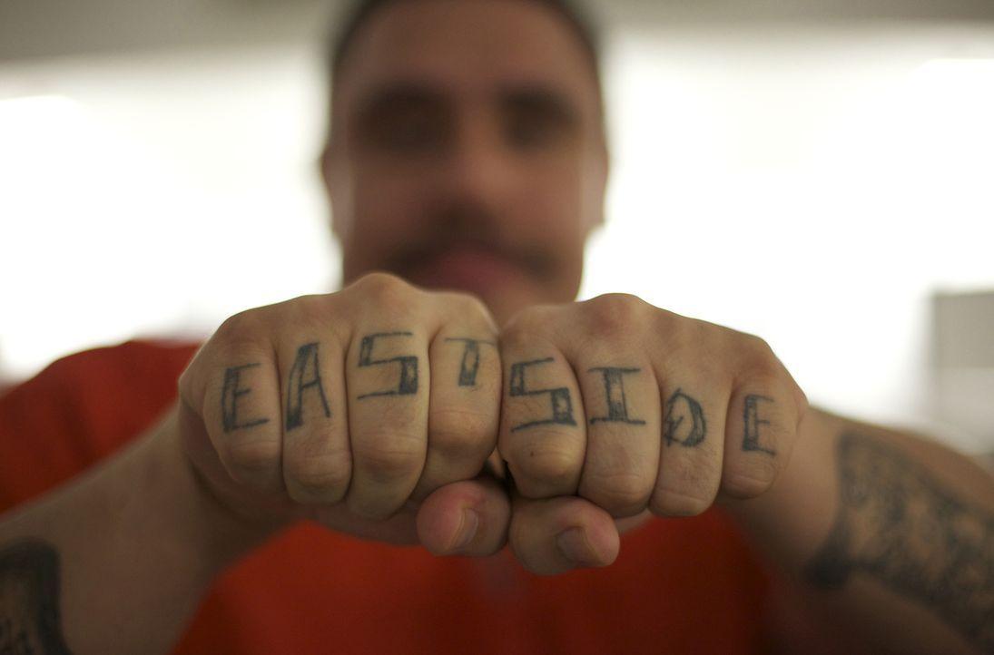Insasse Mike Parea trägt seine Hand-Tätowierungen stolz zur Schau ... - Bildquelle: Bryan Harvey National Geographic Channels