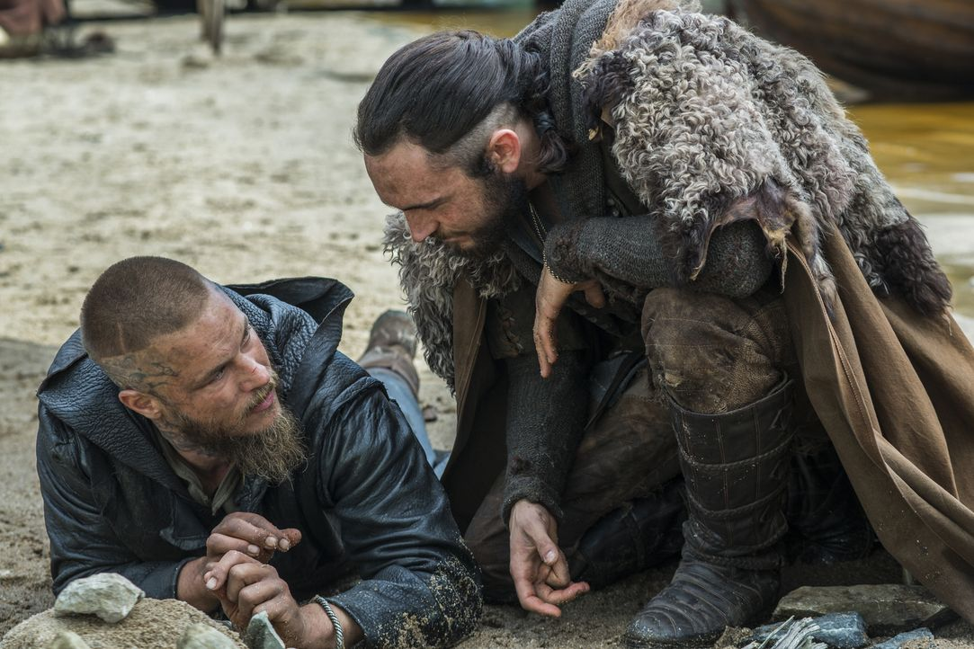 Planen den Angriff auf Paris: Athelstan (George Blagden, r.) und Ragnar (Travis Fimmel, l.) ... - Bildquelle: 2015 TM PRODUCTIONS LIMITED / T5 VIKINGS III PRODUCTIONS INC. ALL RIGHTS RESERVED.