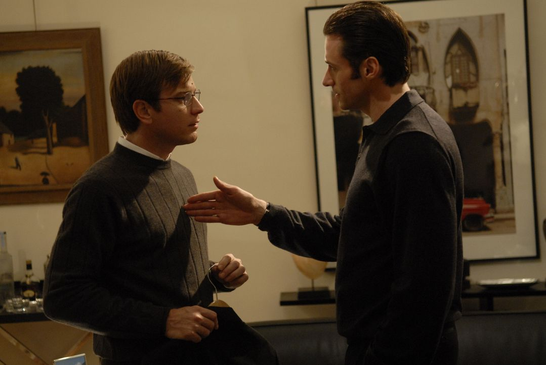 Der unscheinbare Steuerprüfer Jonathan McQuarry (Ewan McGregor, l.) gerät unter die Fittiche des unheimlich selbstbewussten Anwalts Wyatt Bose (Hu... - Bildquelle: 2007 The Tourist Pictures, LLC. All Rights reserved.