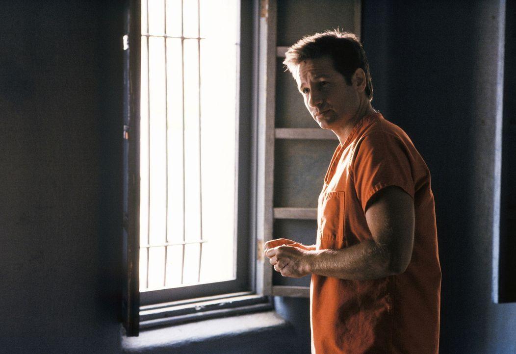 Auf seiner Flucht stößt Mulder (David Duchovny) auf einen Supersoldaten, der in einem Kampf aus großer Höhe auf eine Starkstromleitung stürzt und ve... - Bildquelle: TM +   Twentieth Century Fox Film Corporation. All Rights Reserved.