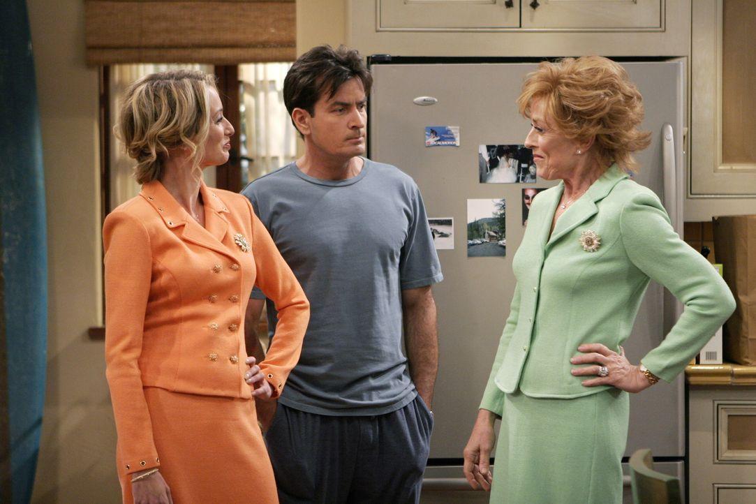Alan vertritt die Theorie, dass Charlie (Charlie Sheen, M.) einen Mutterkomplex zu überwinden sucht, indem er mit vielen Frauen schläft, und sich nu... - Bildquelle: Warner Brothers Entertainment Inc.
