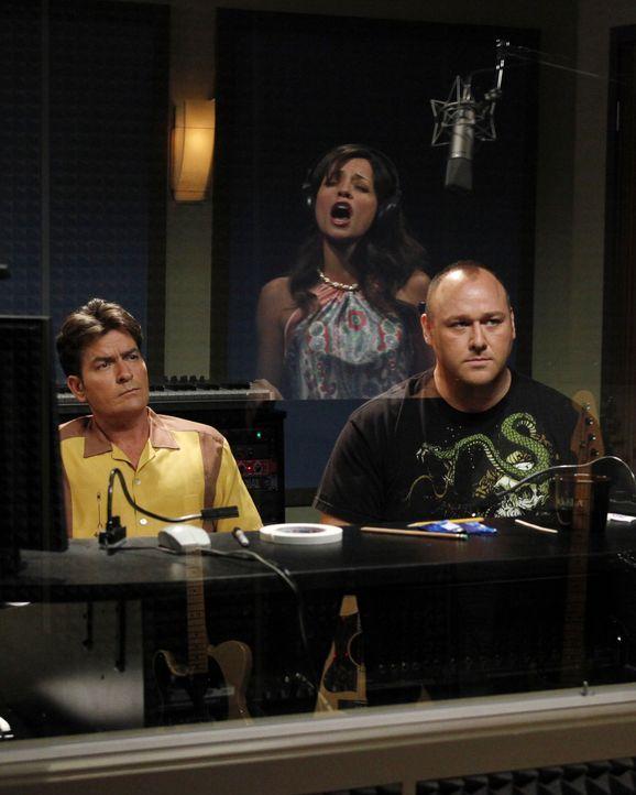 Charlie (Charlie Sheen, l.) trifft seine Ex-Verlobte Mia (Emmanuelle Vaugier, M.) wieder, die Sängerin werden möchte. Da sie ihn offensichtlich noch... - Bildquelle: Warner Bros. Television