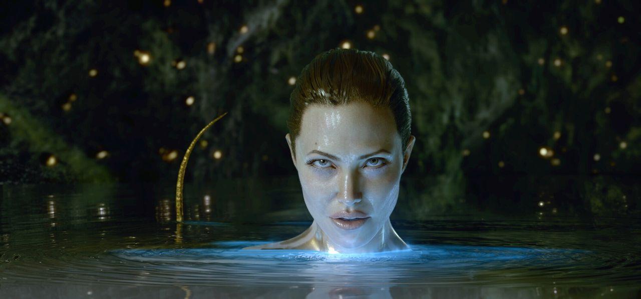Schluss mit lustig: Als in ihren Armen ihr monströser Sohn stirbt, schwört die Meerhexe (Angelina Jolie) blutige Rache an Beowulf und seinen Männern... - Bildquelle: 2007 Warner Brothers International Television Distribution Inc.
