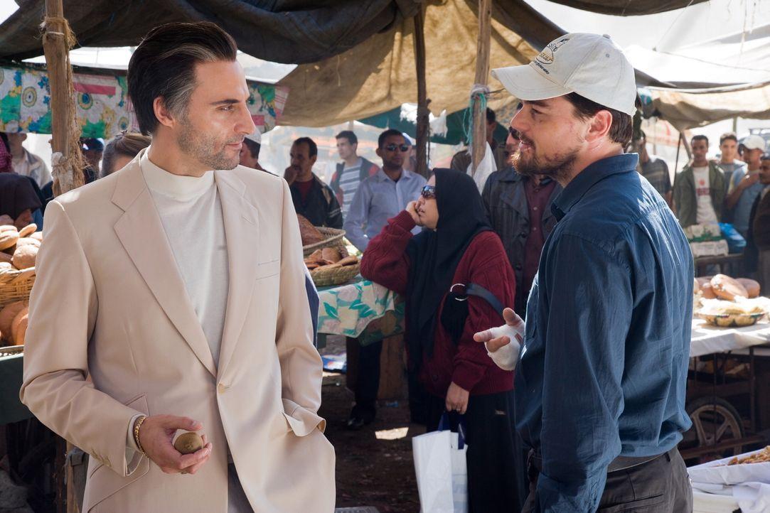 Um den Leitwolf der gefährlichen Terrorgruppe ausfindig machen zu können, muss sich CIA-Agent Ferris (Leonardo DiCaprio, r.) mit dem eloquenten, abe... - Bildquelle: Warner Brothers