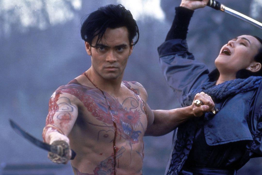 Yo Hinomura (Mark Dacascos) besinnt sich der alten traditionellen Kampfmethoden: Ein weinender Freeman bringt den Tod über seine Gegner ... - Bildquelle: Warner Bros.
