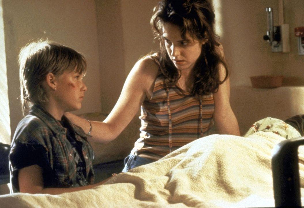 Da sein Bruder Ricky in einem Schock-Koma liegt, erzählt Mark (Brad Renfro, l.) seiner verstörten Mutter Dianne (Mary-Louise Parker, r.) nur Bruchst... - Bildquelle: Warner Bros.