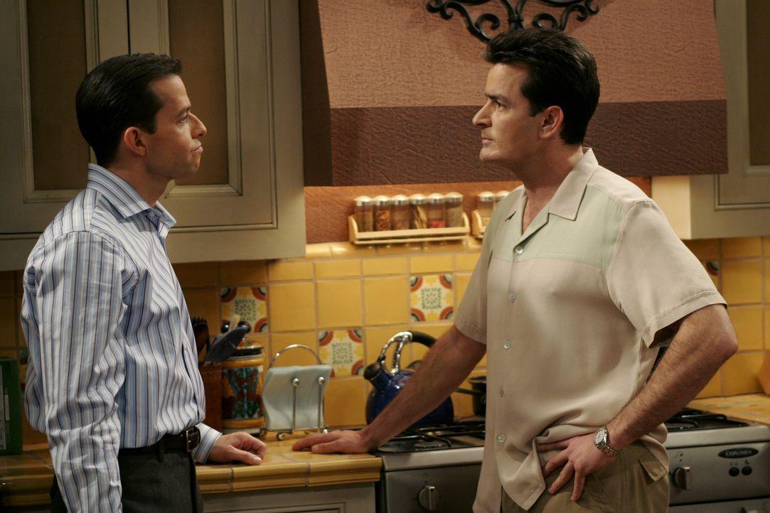 Als Charlie (Charlie Sheen, r.) erfährt, dass sich Alan (Jon Cryer, l.) wieder mit Judith trifft, versucht er ihn davon abzubringen ... - Bildquelle: Warner Brothers Entertainment Inc.